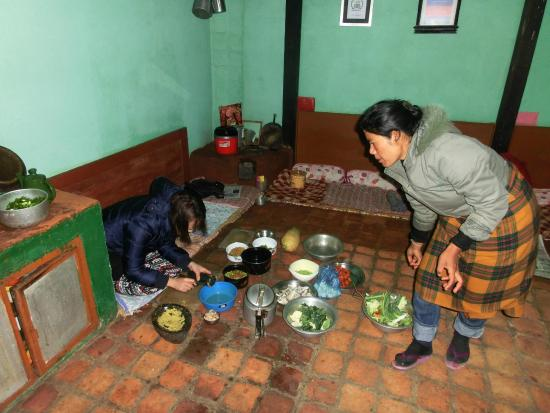 Sanu's House Homestay: Cokking with Sarita.