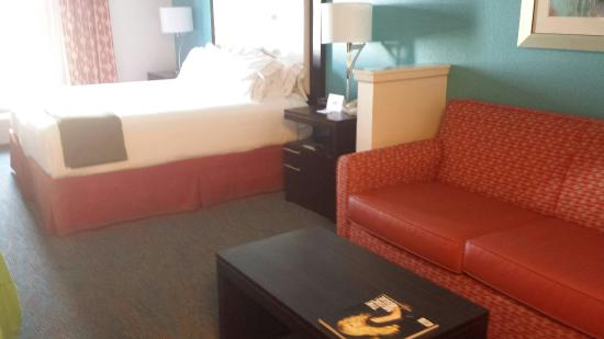 Holiday Inn Express Destin E - Commons Mall Area: Great room. King suite