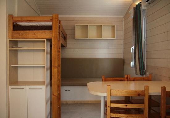 INTERIEUR BUNGALOW - Picture of Camping Hameau Des Cannisses ...