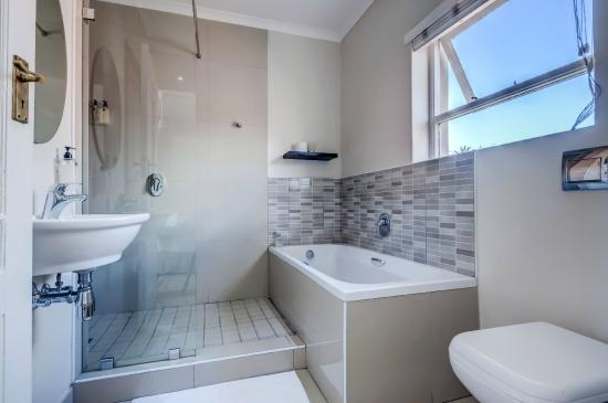First Avenue Guesthouse: Double room bathroom