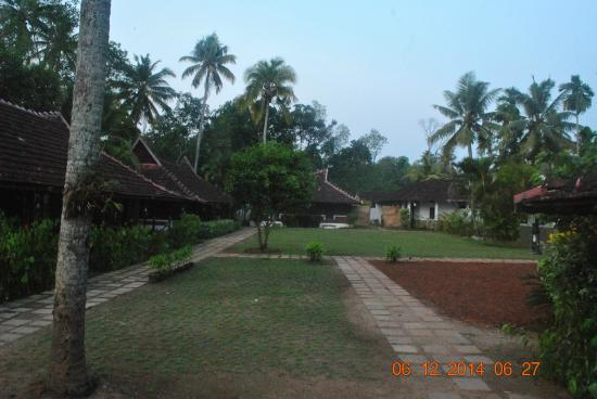 Kayaloram Heritage Lake Resort: garden facing cottages