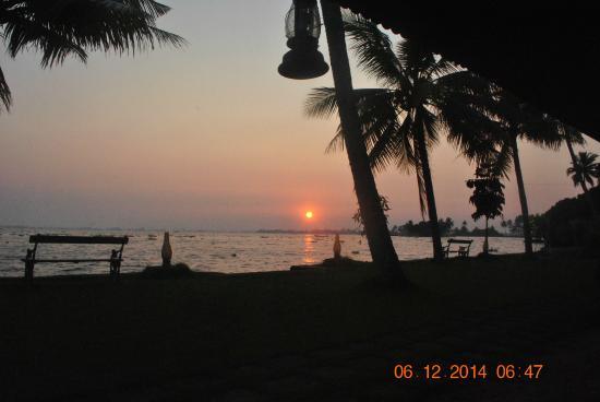 Kayaloram Heritage Lake Resort: sunrise from the room