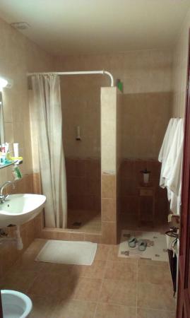 Familia Vendeghaz: Clean bathroom