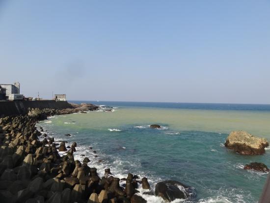 Yinyang Sea: 天気がよいと2色の海がよくわかる