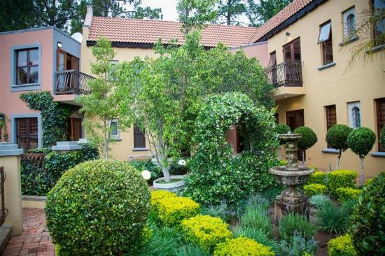 Bohemian House: Manicured gardens with lots of birds!
