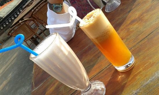 Luna Cafe Yangshuo: Banana milkshake & oxidized Apple juice