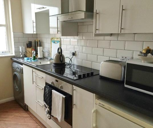 Calton Apartments: Fully equipped kitchen
