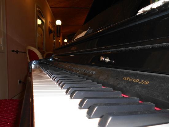 Rosso Relativo 2: hanno anche un pianoforte..