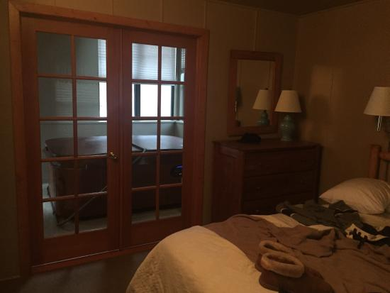 Castle Mountain Lodge: Hot tub cottage pic rite off Master Bedroom overlooking RMNP hillside