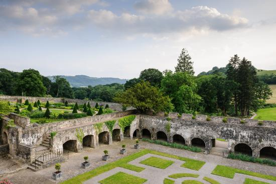 Llangathen, UK: Aberglasney's World Famous Cloister Garden