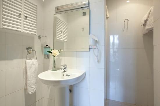 Hostal Felipe II: Bathroom of the room