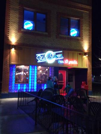 Blue Moon Bar & Grille: Blue Moon Bar and Grille at night