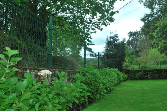 Jardin cerrado con muro de dos metros - Picture of Casa de Aldea el ...