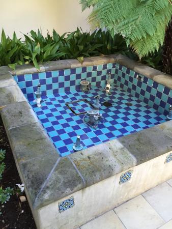 โกลตา, แคลิฟอร์เนีย: The beautiful water fountain in front of my room that doesn't work.  5 star quality I think not.