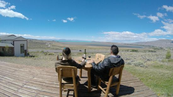 Hosteria La Estepa: tomando un vino viendo la hermosa vista de la laguna
