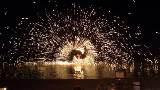 Wind Beach Resort: Amazing fire show!