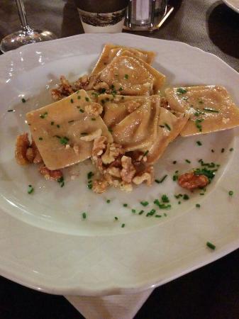 Pizzeria La Grotta : Ravioli alla ricotta con noci, burro e parmigiano