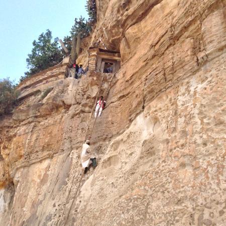 Adigrat, Ethiopie: Местный священник поднимается наверх