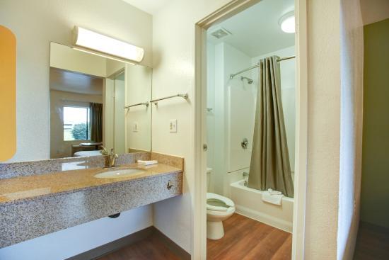 Motel 6 Elkton: Bathroom