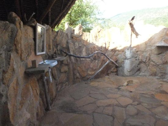 Ithumba Camp : The outdoor shower is airy.