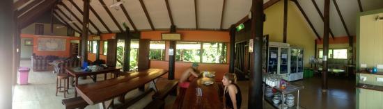 Jackaroo Treehouse Mission Beach : zdjęcie panoramiczne:kanapa gdzie można oglądać filmy z projektora, jadalnia, kuchnia