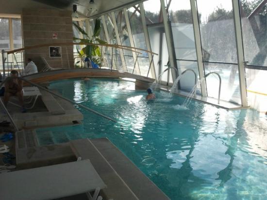 Una delle piscine esterne giornata di sole - Piscine theia chianciano ...