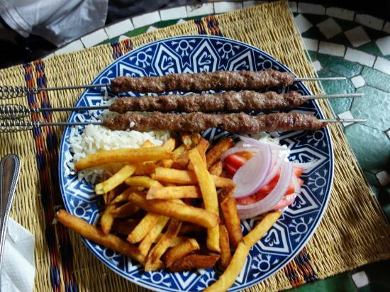 Le Grand Balcon Cafe Glacier: assiette de brochette de viande (riz, frites, oignons)