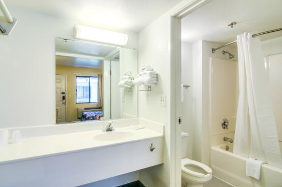 Motel 6 Chicago O'Hare - Schiller Park: Bathroom