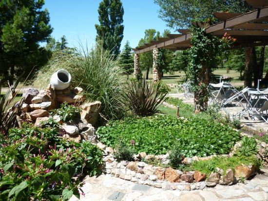 Jard n del restaurante casa de piedra picture of parque for Restaurante casa jardin