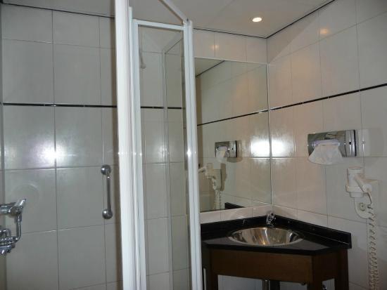BEST WESTERN Dam Square Inn: Banheiro do quarto 228