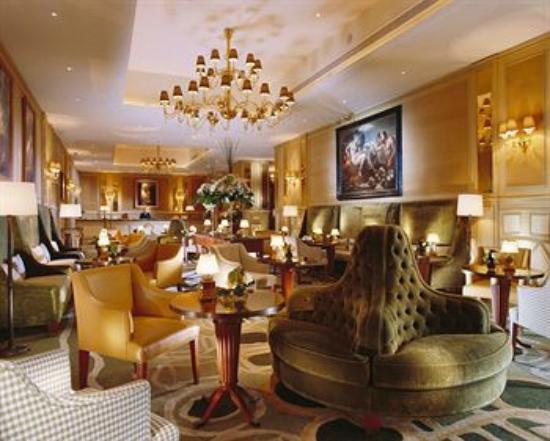 Hotel Bolzano: entrada do hotel na recepção