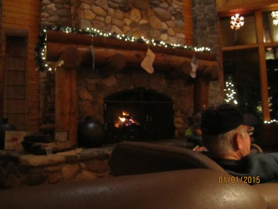Spearfish Canyon Lodge: Grab a beverage and relax with your group by the harth
