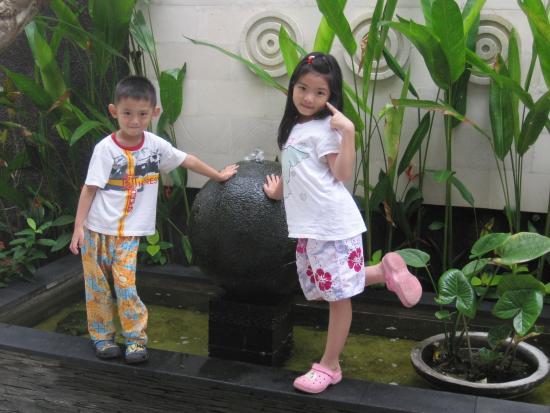 Casa Dasa Boutique Hotel Legian : Aileen dan Steven di samping hotel