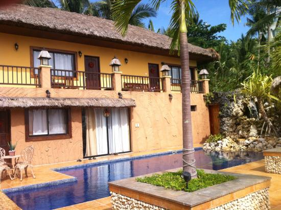 Palm Breeze Villa Boracay Hotel: Looking back at the villas from the pool and dining area