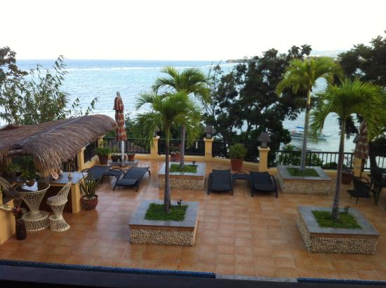 Palm Breeze Villa Boracay Hotel: Looking at the ocean from the 2nd storey villas