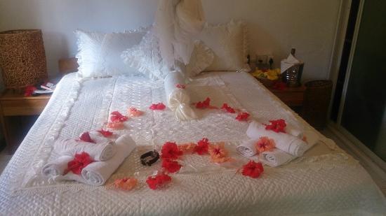 Benjamine Guest House: Кровать в номере занимает почти все свободное протранство