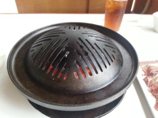 Tsukisappujingisukan Club : スリットが入った専用鍋。下の溝にお湯を入れて野菜を煮ると焦がしません。