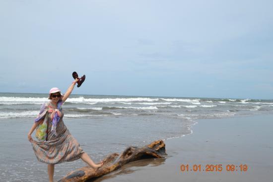 Batu Belig Beach : Волны вынесли бревно.