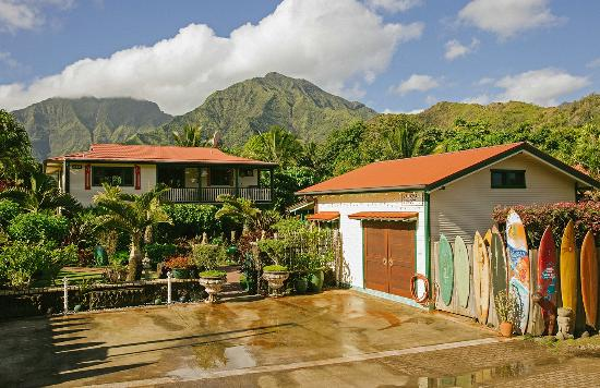 Hanalei Surfboard House: The view of the property from the street