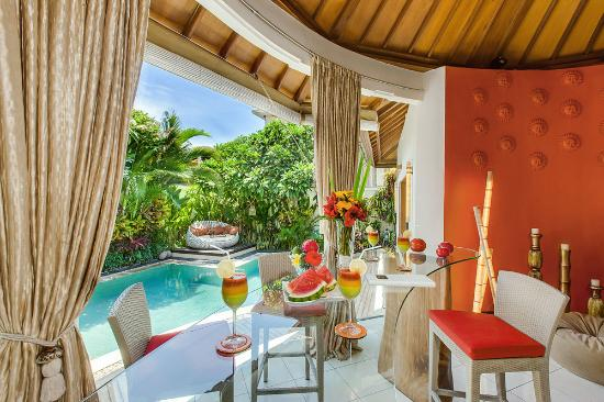 4S Villas at Seminyak Square: Villa Sun-Stylish poolside dining