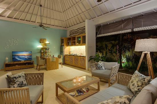 4S Villas at Seminyak Square: Villa Sky-The lounge at night