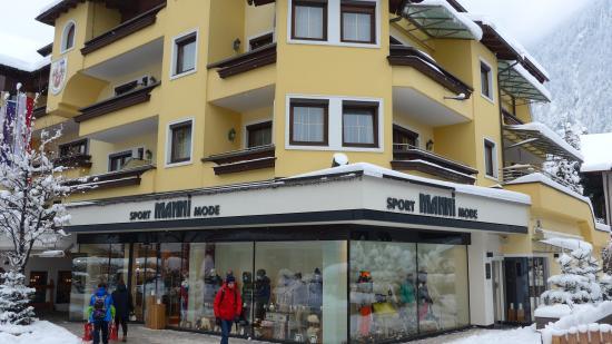Sporthotel Manni: Магазин с прокатом прямо в отеле. Удобно!