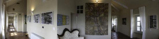 Monchiero, Italy: I corridoi antichi arricchiti da arte moderna