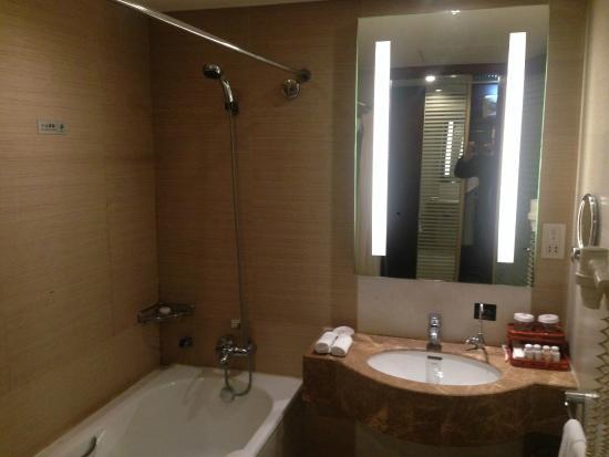 Oriental Bay International Hotel: Bathroom