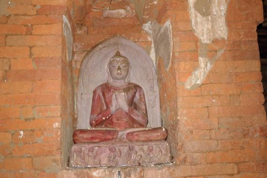 Naga Yon Hpaya : Una statua all'interno dell'atrio