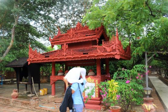 Thanakha Gallery : Dalla vetrina la strada e la pioggia