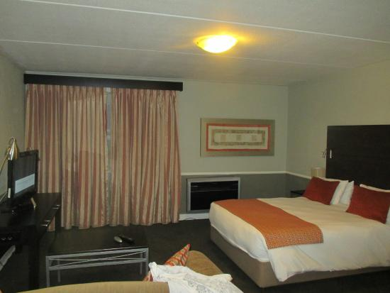 Mercure Nelspruit: huge bed huge noisy aircon
