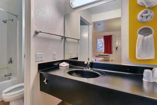 Motel 6 Rohnert Park: Bathroom