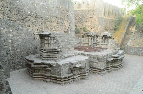 Bhuikot Fort: Ruins of a temple inside the fort