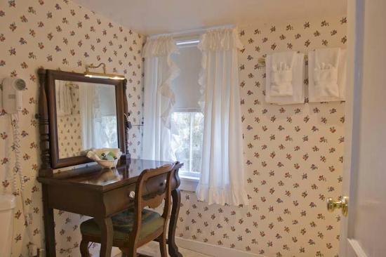 The Lightkeepers Inn : East Chop Light Suite | Dressing Table & Bathroom